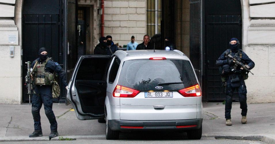 20.mai.2016 - Membros da polícia da força especial Gendarmaria Nacional francesa escoltam Salah Abdeslam para interrogatório por juízes antiterrorismo em Paris. Abdeslam é sobrevivente do grupo que realizou os atentados de novembro de 2015 na capital francesa, e que causaram a morte de 130 pessoas