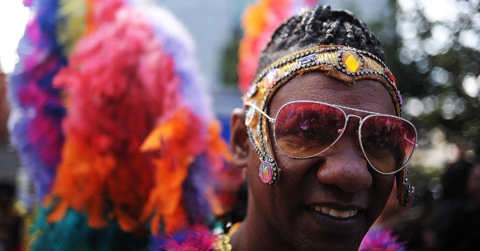 29.mai.2016 - Participantes começam a chegar à avenida Paulista para participar da 20ª Parada do Orgulho LGBT