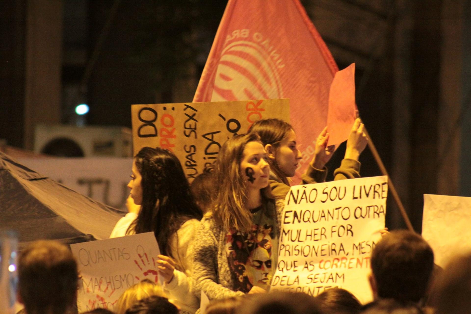 """1º.jun.2016 - Manifestantes se reúnem em Porto Alegre, Rio Grande do Sul, e participam do ato """"Por todas Elas"""", contra a cultura do estupro e a violência praticada contra as mulheres"""