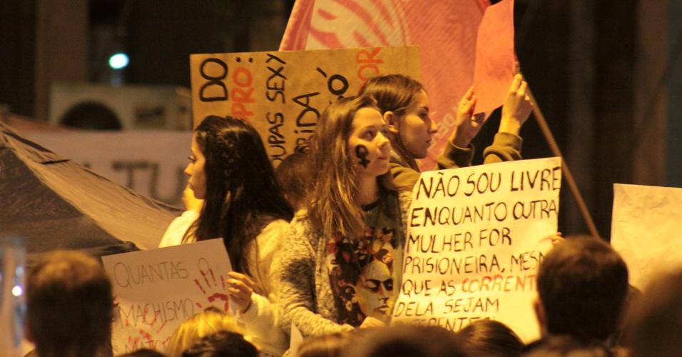 """1º.jun.2016 - Manifestantes se reúnem em Porto Alegre, Rio Grande do Suol, e participam do ato """"Por todas Elas"""", contra a cultura do estupro e a violência praticada contra as mulheres"""
