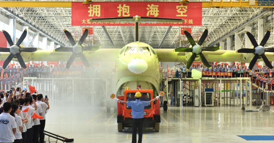 25.jul.2016 - A China acaba de lançar o maior avião anfíbio [capaz de pousar e navegar na água]  já produzido no mundo: o AG600. Com tamanho de um Boeing 737, peso de decolagem de no máximo 53,5 toneladas e uma autonomia de voo de até 4.500 km, a aeronave será usada para combater incêndios florestais e realizar missões de salvamento marítimo
