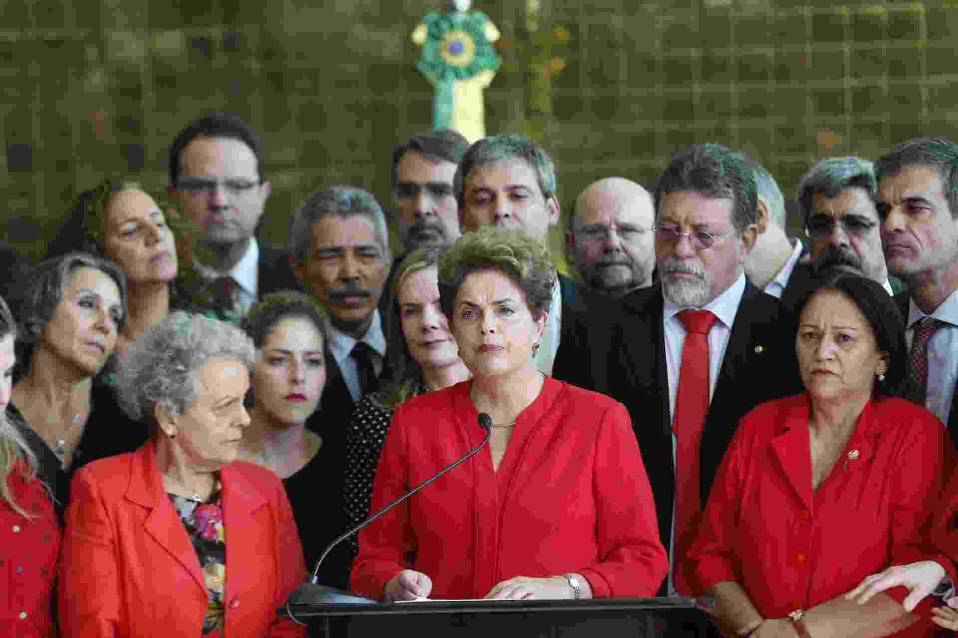 """31.ago.2016 - Dilma Rousseff foi afastada definitivamente do poder em 31 de agosto de 2016, após votação no Senado Federal. Foram 61 votos a favor do impeachment e 20 contra, sem abstenções. Logo após o afastamento, Dilma fez um pronunciamento em que afirmou que """"haverá contra eles a mais firme e enérgica oposição que um governo golpista pode sofrer"""". Os senadores mantiveram os direitos políticos de Dilma - Pedro Ladeira/Folhapress"""