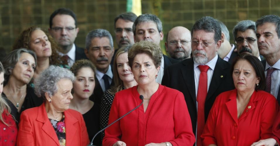 """31.ago.2016 - Dilma Rousseff foi afastada definitivamente do poder em 31 de agosto de 2016, após votação no Senado Federal. Foram 61 votos a favor do impeachment e 20 contra, sem abstenções. Logo após o afastamento, Dilma fez um pronunciamento em que afirmou que """"haverá contra eles a mais firme e enérgica oposição que um governo golpista pode sofrer"""". Os senadores mantiveram os direitos políticos de Dilma"""