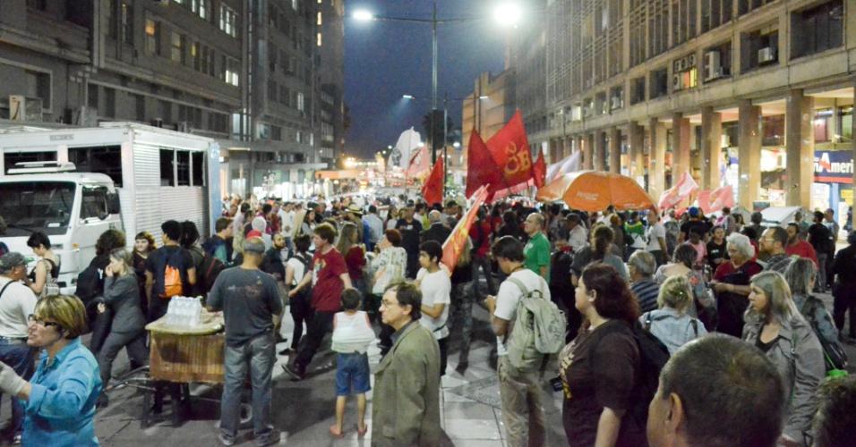 12.set.2016 - Manifestantes protestam contra o deputado afastado Eduardo Cunha (PMDB-RJ) e o presidente Michel Temer (PMDB), na Esquina Democrática, em Porto Alegre. Deputados votam se mandato de Cunha deve ser cassado ou não
