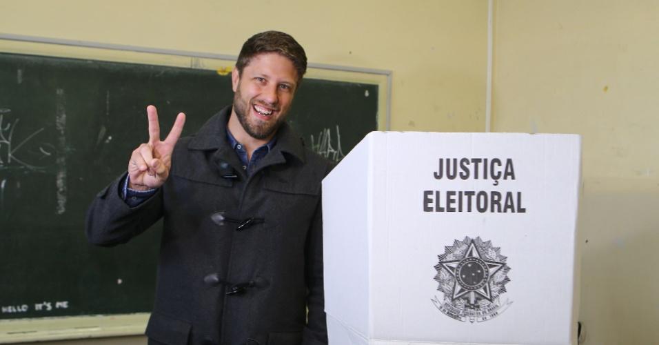 2.out.2016 - Requião Filho (PMDB), candidato à prefeitura de Curitiba vota no colégio Júlia Wanderley durante o primeiro turno das Eleições 2016, neste domingo (2)
