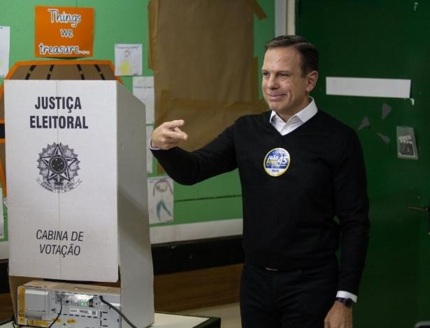 Doria posa para fotos logo após votar em escola nos Jardins, zona oeste de São Paulo