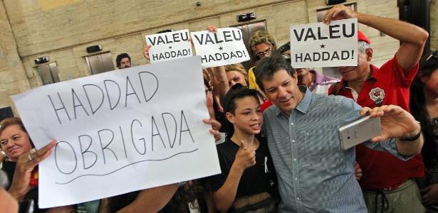 Eleitores tiram selfie com Haddad no último dia útil do prefeito