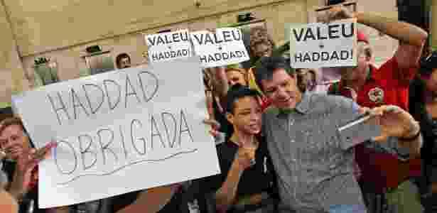Eleitores tiram selfie com Haddad no último dia útil do prefeito - Sergio Castro/Estadão Conteúdo