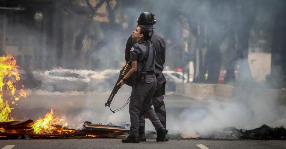 28.abr.2017 - A PM (Polícia Militar) avança contra manifestantes na região da avenida São João, zona central de São Paulo. O grupo chegou a armas barricadas com fogo para impedir o trânsito. A polícia chegou a usar bombas para dispersar os manifestantes