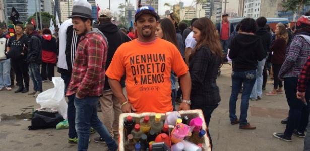 O vendedor ambulante Luiz Gustavo Silva, de 37 anos, com um isopor de bebidas