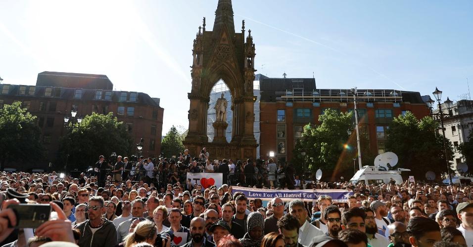 23.mai.2017 - Milhares de pessoas se reúnem em vigília para as vítimas do atentado que ocorreu na Manchester Arena, na noite anterior