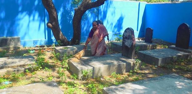 Kumari fazendo a limpeza do cemitério