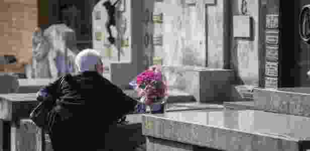 2.nov.2017 - Idosa deixa flores em túmulo no dia de Finados no Cemitério do Araçá, na região central da capital paulista - Suamy Beydoun/Agif/Estadão Conteúdo - Suamy Beydoun/Agif/Estadão Conteúdo