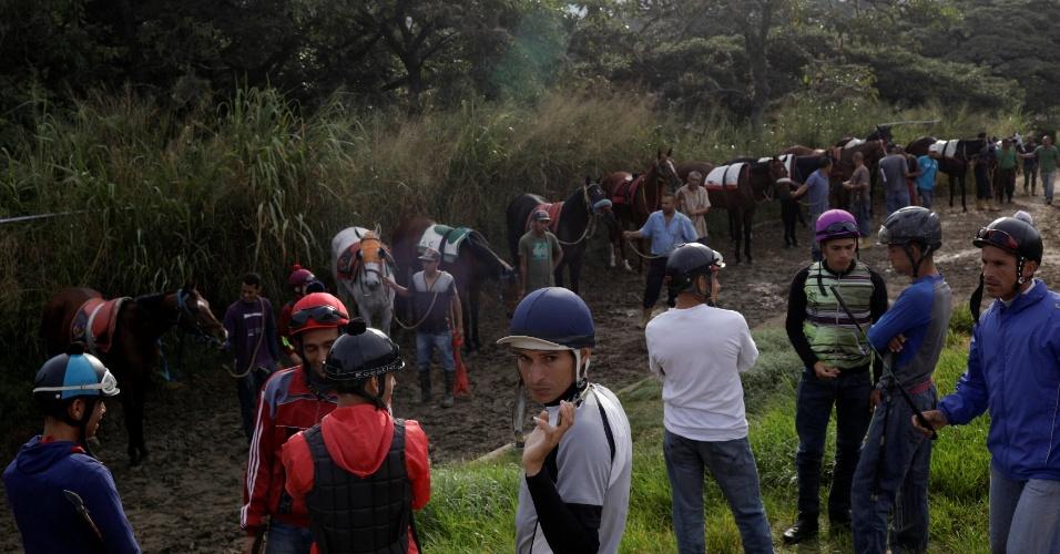 7.out.2017 - Jockeys esperam com seus cavalos para participar de uma sessão de treino no Hipódromo de La Rinconada, em Caracas, Venezuela