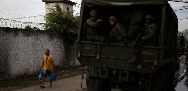 Membros do Exército fazem patrulha durante operação no Rio