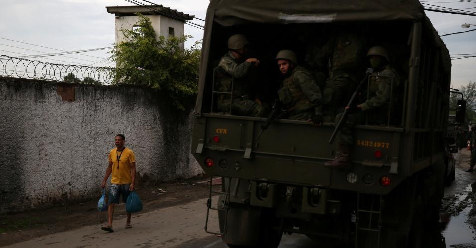 20.fev.2018 - Membros do Exército durante operação contra o crime no Rio de Janeiro
