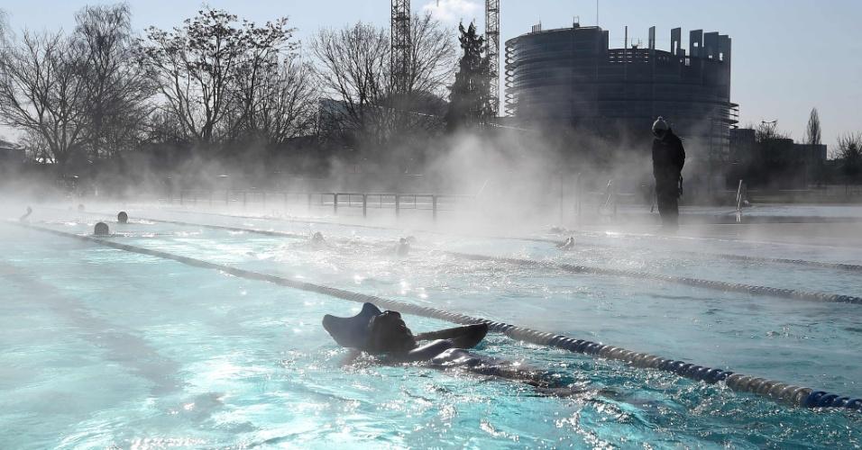 26.fev.2018 - Um técnico treina nadadores na piscina externa de Wacken, em Strasbourg, França, onde as temperaturas chegaram a -10ºC