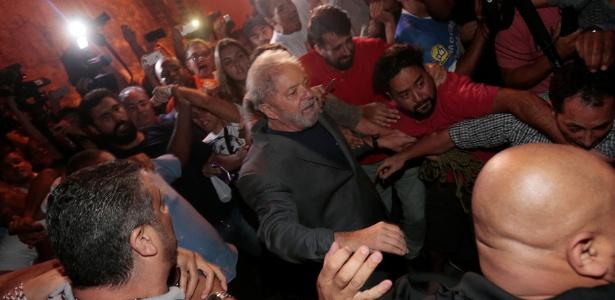 7.abr.2018 - Ex-presidente Luiz Inácio Lula da Silva deixa o Sindicato dos Metalúrgicos do ABC para se apresentar à Polícia Federal