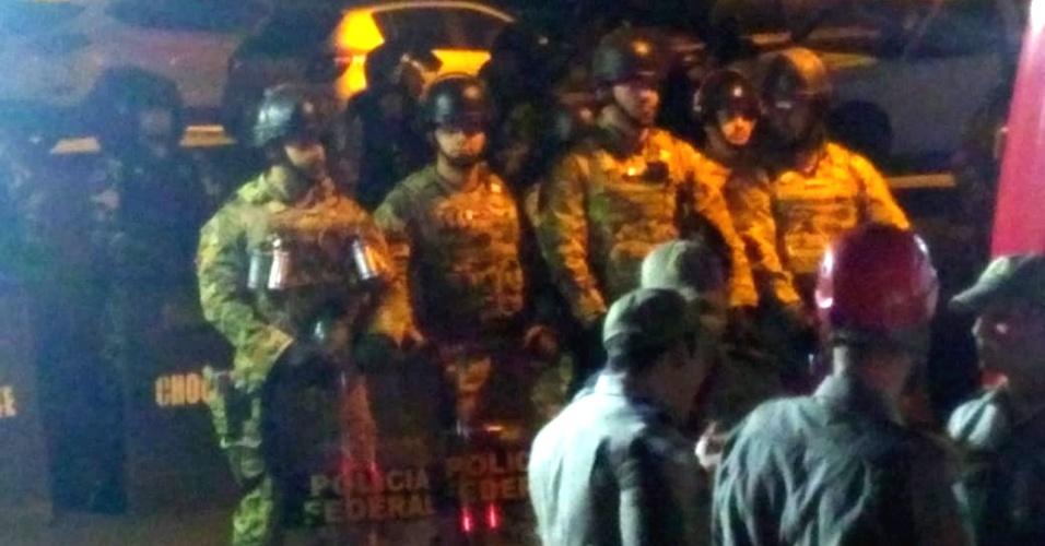 7.abr.2018 - Depois da dispersão do ato em apoio a Lula, policiais do COT (Comando de Operações Táticas) da Polícia Federal ainda permaneceram por alguns minutos perto do portão da Superintendência