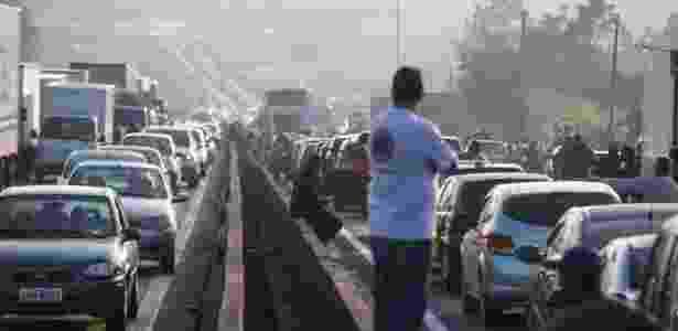 Paralisação de caminhoneiros causa congestionamento na rodovia Régis Bittencourt, em SP - Felipe Rau/Estadão Conteúdo