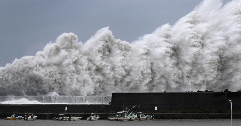 4.set.2018 - Mar revolto após a chegada do tufão Jebi no porto de Aki, na costa oeste do Japão
