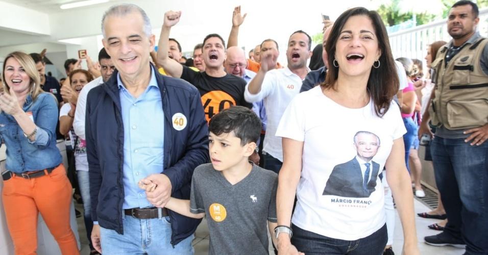 28.out.2018 - França com a mulher, Lúcia França, e o neto Enzo, em São Vicente, São Paulo