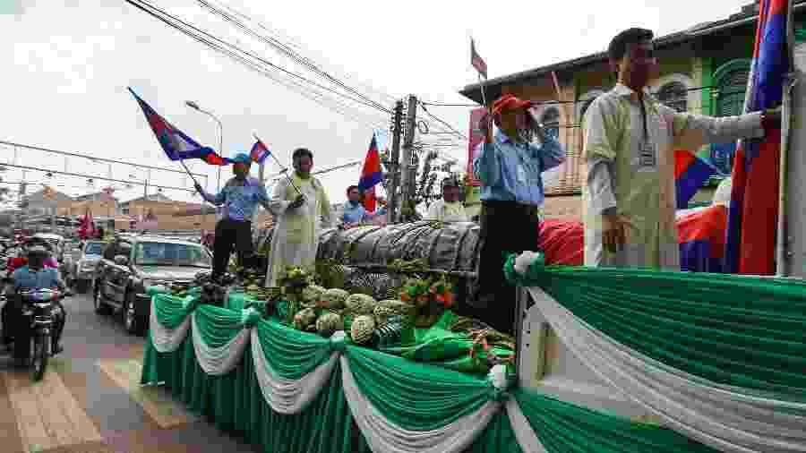 Bolo de arroz glutinoso de 4 toneladas é mostrado em Siem Reap, no Camboja - Lina Goldberg via The New York Times