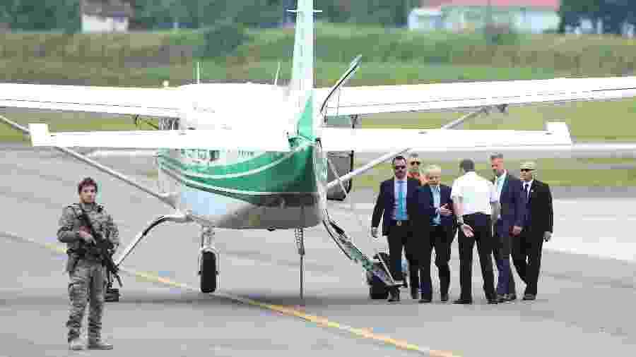 2.mar.2019 - Lula embarca em aeronave cedida pelo governo do PR para velório do neto Arthur - Giuliano Gomes/PR Press/Estadão Conteúdo
