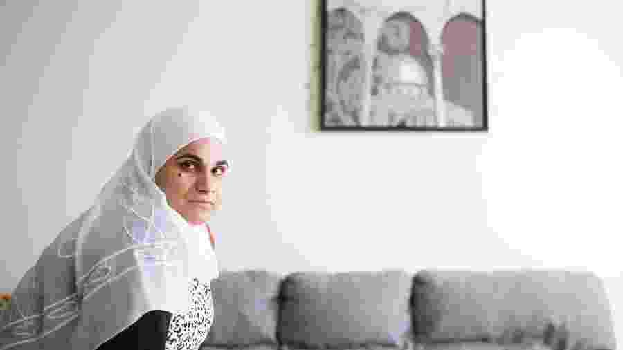 Maha Kassef, professora do ensino fundamental que deseja se tornar diretora, na casa dos pais em Montreal - Christinne Muschi/The New York Times