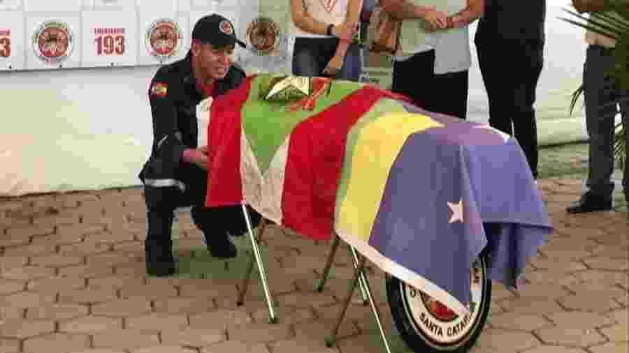 Bombeiros de Santa Catarina se despedem de Barney - Divulgação/Corpo de Bombeiros de SC