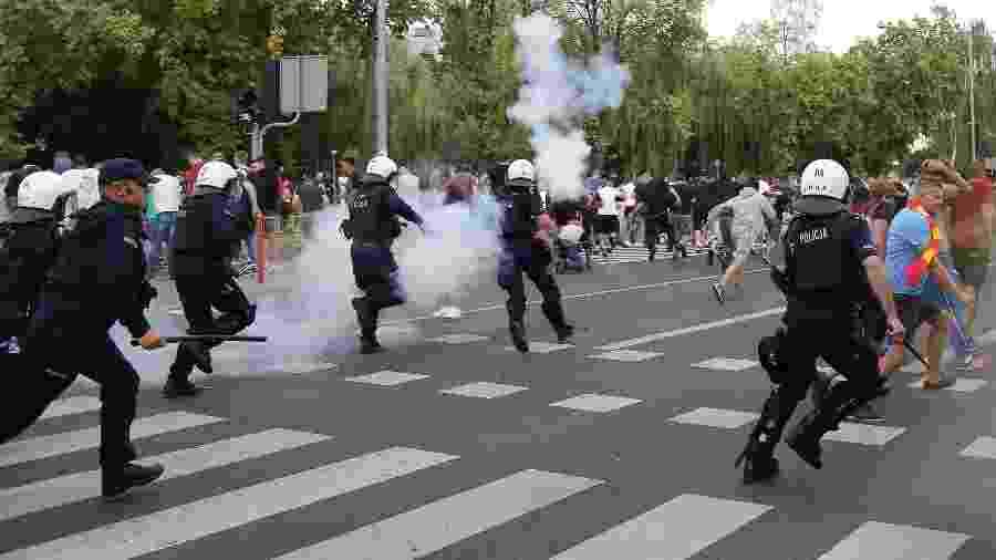 20.jul.2019 - Policiais disparam gás lacrimogêneo para dispersar ultranacionalistas que tentaram bloquear a primeira Parada Gay realizada em Bialystok, no leste da Polônia - Jerzy Baliski/AFP