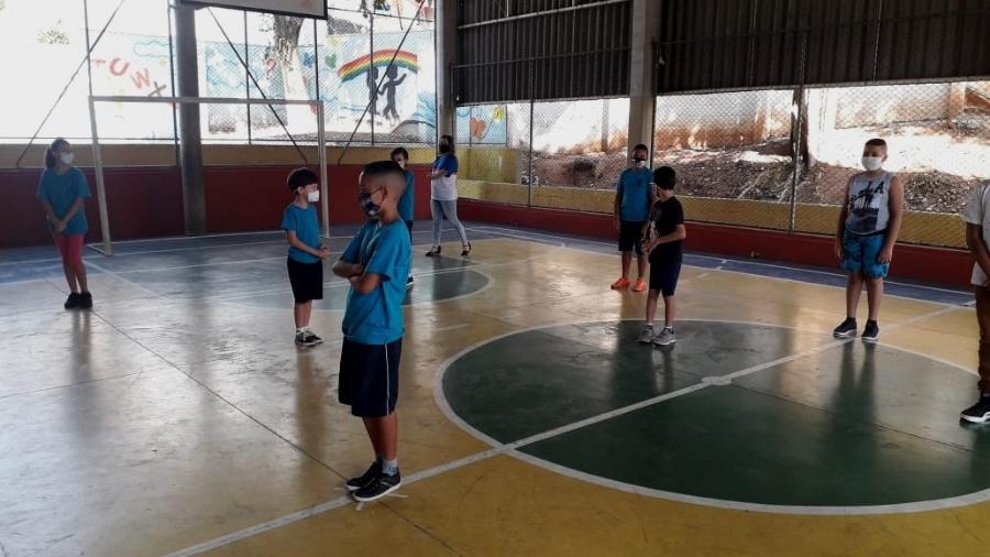 Com distanciamento, alunos têm aula de educação física na Escola Estadual Thomaz Rodrigues Alckmin, no Itaim Paulista, zona leste de São Paulo - Wanderley Preite Sobrinho/UOL