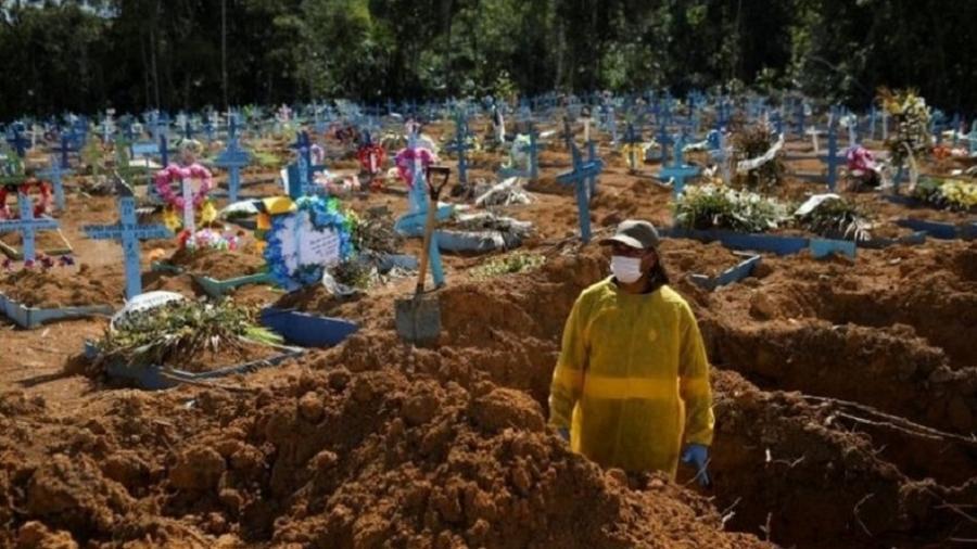 Covas sendo abertas em cemitério de Manaus, em 31 de dezembro de 2020; Brasil registrou quase 195 mil mortes por covid-19 no ano passado - Reuters