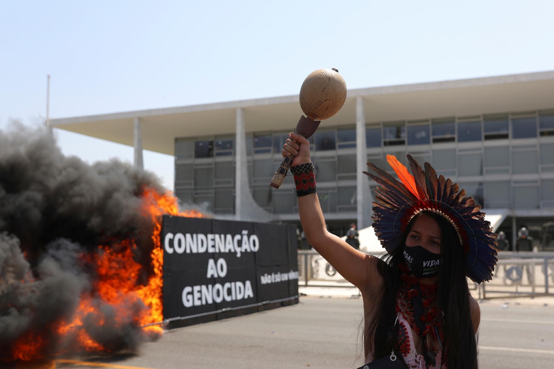 Indígenas protestam em frente ao Palácio do Planalto, em Brasília, colocando fogo em caixão, gerando fumaça preta - Amanda Perobelli/Reuters
