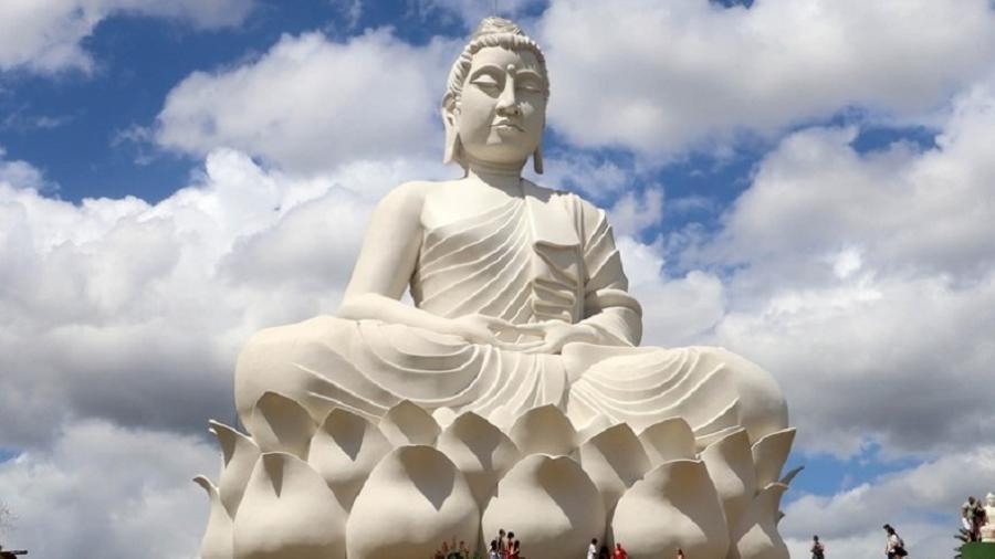 28.ago.2021 - Estátua de Buda maior que o Cristo Redentor (sem o pedestal) é inaugurada em Ibiraçu (ES) - Divulgação/Governo do Espírito Santo