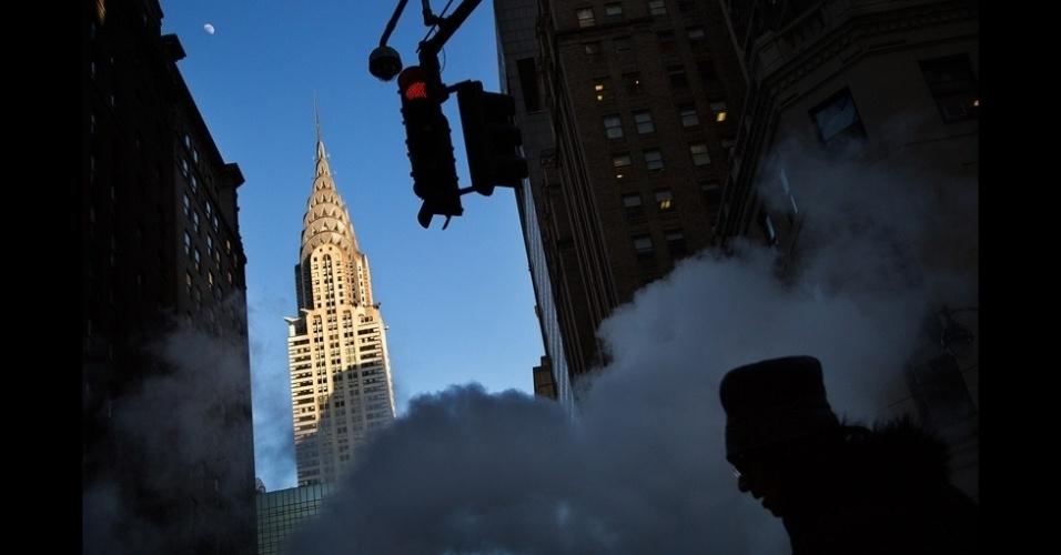 26.jun.2015 - Fotógrafo Steve Wadden registra ao fundo o famoso Chrysler Building, em Nova York (EUA)