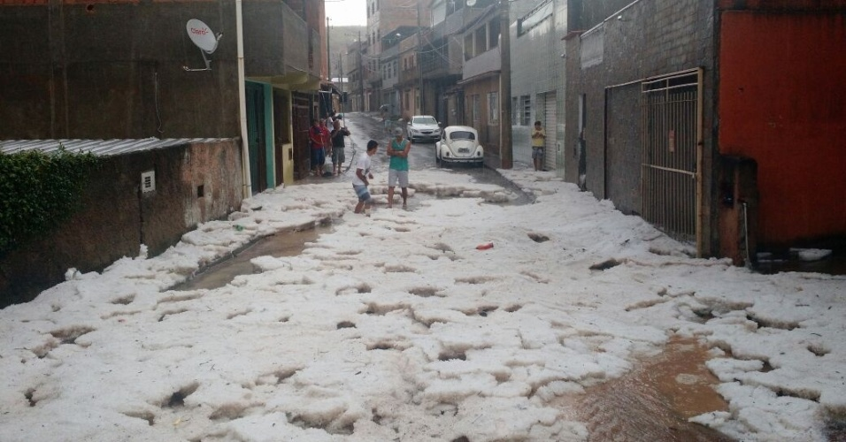 27.jul.2015 - Ruas de Juiz de Fora (MG) ficam cobertas por granizo nesta segunda-feira (27)