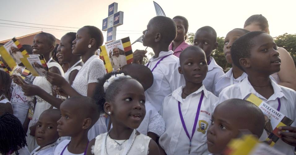 28.nov.2015 - Crianças aguardam a visita do papa Francisco à Catedral de Lugaba, na cidade de Kampala, em Uganda. Em viagem à Àfrica, Francisco já visitou o Quênia e deve ir ainda à República Centro-Africana