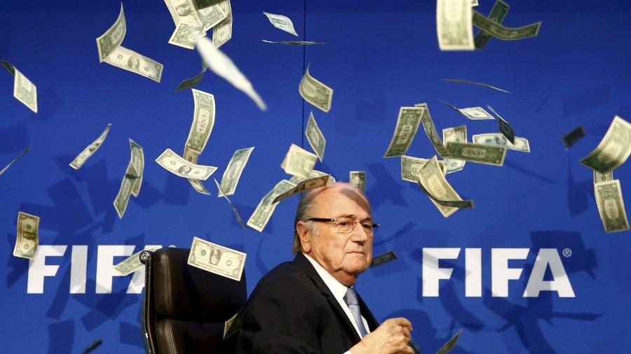 Comediante inglês joga notas no presidente da FIFA Joseph Blatter durante coletiva de imprensa na sede da entidade - Arnd Wiegmann/Reuters