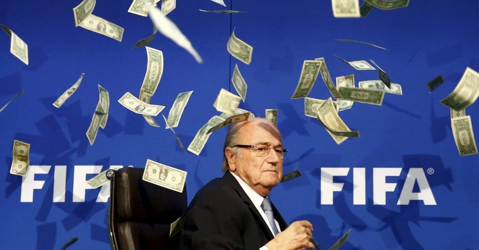 20.jul.2015 - O comediante inglês Lee Nelson joga notas no presidente da FIFA Joseph Blatter durante a sua chegada para coletiva de imprensa, na matriz da federação, em Zurique, na Suíça