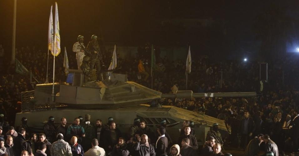 31.jan.2016 - Militantes palestinos do grupo Hamas desfilam com um tanque de guerra, neste domingo (31), em homenagem aos sete companheiros mortos após o desabamento de um túnel próximo à fronteira da Faixa de Gaza com Israel na última quinta-feira (28)