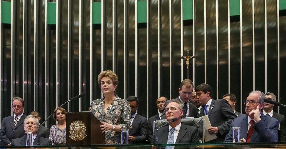 """2.fev.2016 - A presidente Dilma Rousseff foi vaiada ao afirmar que """"não pode prescindir de medidas temporárias para estabilidade fiscal"""" como a aprovação da CPMF (Contribuição Provisória sobre Movimentações Financeiras), em sua mensagem ao Congresso Nacional. """"Peço que levem em conta a excepcionalidade do momento. Levem em conta dados, e não opiniões"""", afirmou a presidente. Enquanto parte do Congresso vaiava, outra aplaudia o discurso apoiando a medida"""