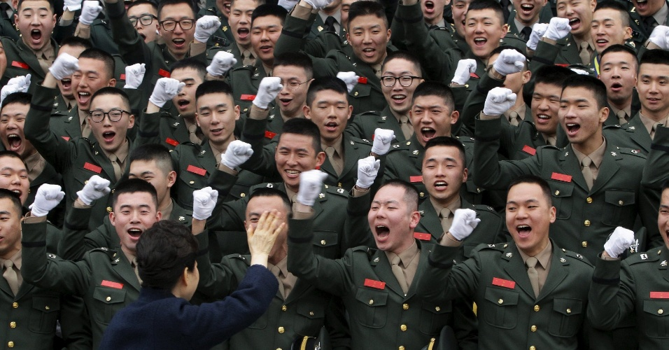 4.mar.2016 - Presidente sul-coreana Park Geun-Hye acena para oficiais recém-graduados durante cerimônia em Gyeryongdae, o principal complexo militar do país, em Gyeryong. Um total de 6.003 graduandos das maiores academias militares da Coreia do Sul participaram do evento