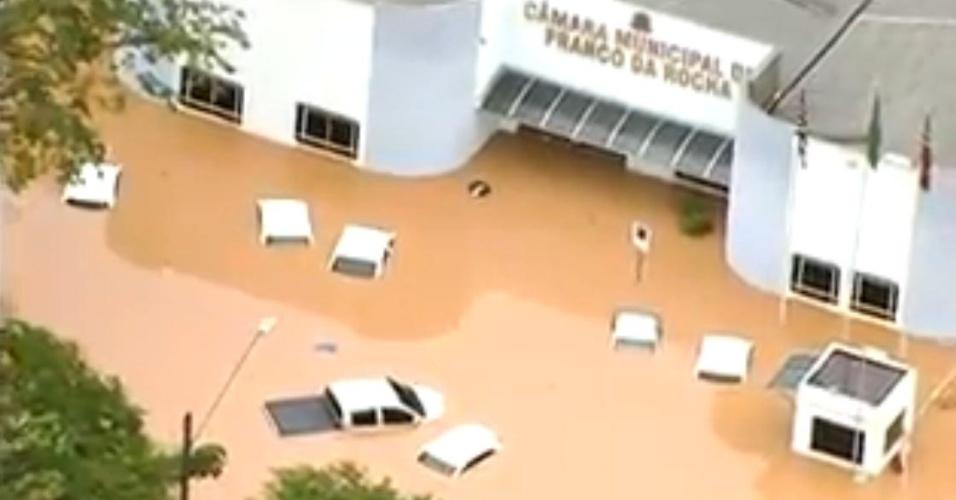 11.mar.2016 - Vista aérea da Câmara Municipal de Franco da Rocha, com carros encobertos pela água de alagamento provocado pela chuva que atingiu a Grande São Paulo entre a noite desta quinta (10) e a madrugada de hoje