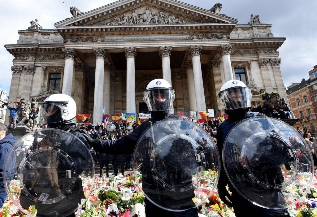 27.mar.2016 - A polícia de choque belga protege região que foi usada como memorial improvisado às vítimas do atentado terrorista em Bruxelas quando mais de cem radicais de extrema direita provocaram um tumulto durante uma manifestação pacífica contra o terrorismo