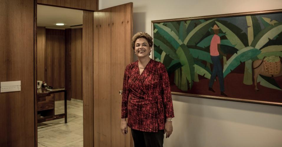 24.mar.2016 - A presidente Dilma Rousseff na porta do gabinete da Presidência da República enquanto cedia entrevista a jornais estrangeiros no Palácio do Planalto, em Brasília