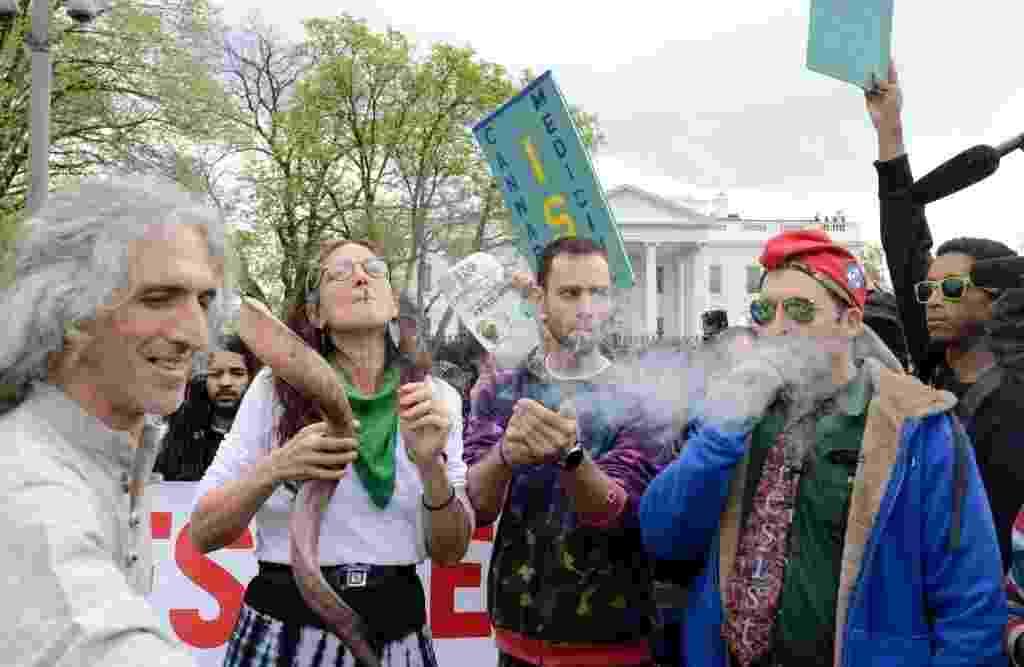 2.abr.2016 - Manifestantes fumam maconha em frente à Casa Branca, em Washington, nos Estados Unidos. Protesto, que pedia consumo em massa da substância no local, pede descriminalização da droga e lembra os benefícios médicos causados pela maconha - Mike Teller/AFP