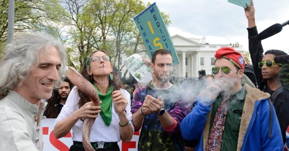2.abr.2016 - Manifestantes fumam maconha em frente à Casa Branca, em Washington, nos Estados Unidos. Protesto, que pedia consumo em massa da substância no local, pede descriminalização da droga e lembra os benefícios médicos causados pela maconha