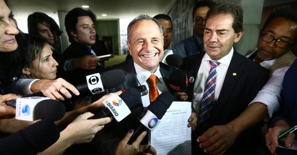 """13.abr.2016 - Os deputados Carlos Manato (SD-ES) (à esq.) e Paulinho da Força (SD-SP) lançaram o """"bolão do impeachment"""" na Câmara, em Brasília (DF), em que cada apostador paga R$ 100 e arrisca o placar contra e a favor do afastamento da presidente Dilma Rousseff. A votação está marcada para o próximo domingo (17). O dinheiro está sendo arrecadado por Manato e doado para caridade, segundo o parlamentar"""