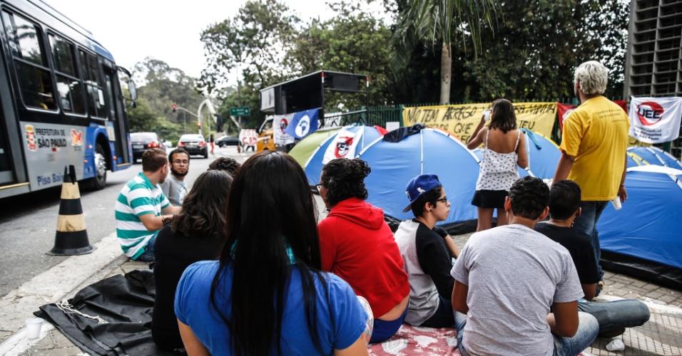 05.mai.2016 - Manifestantes acampam em frente à Alesp (Assembleia Legislativa do Estado de São Paulo) em apoio aos estudantes que ocupam o local. Eles protestam contra a 'máfia da merenda' e os cortes na educação